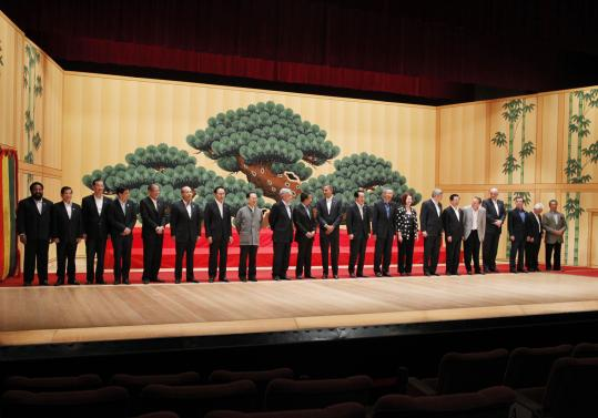 APEC leaders wore mostly dark-colored business suits or blazers as they posed for the photo at the summit yesterday in Japan.