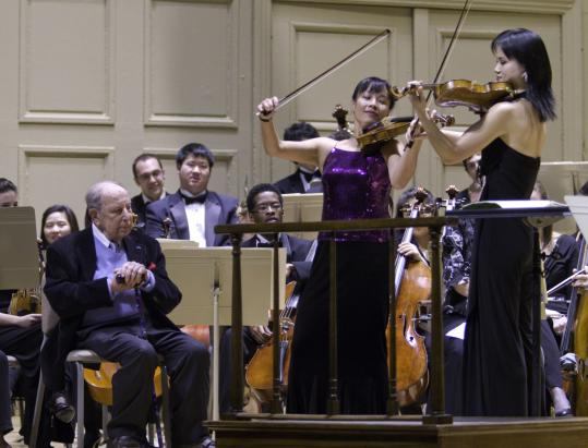 Roman Totenberg (left) listens as Mira Wang (center) and Na Sun perform a version of Dukov's ''Happy Birthday'' during a tribute to the violinist, who will turn 100 on Jan. 1.