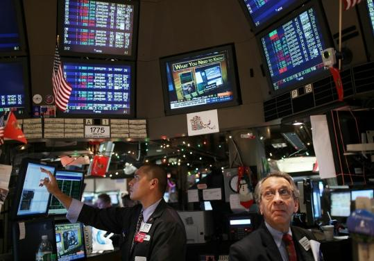 Traders worked on the floor of the New York Stock Exchange on Dec. 21, a week when investors added $335 million into US stock funds. At the same time, prices of bonds are dropping.
