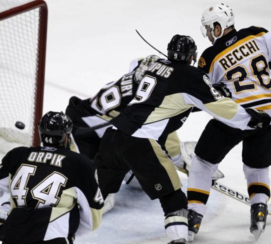 Mark Recchi (28) scores against Marc-Andre Fleury, part of the Bruins' third-period explosion.