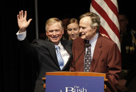 Former president George H.W. Bush welcomed former vice president Dan Quayle yesterday in Texas to commemorate the 20th anniversary of the start of operations to liberate Kuwait from Saddam Hussein.