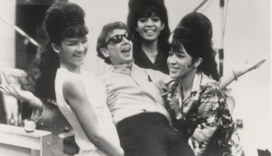 """Phil Spector con las Ronettes, cuyo """"Be My Baby"""" produjo en 1963."""