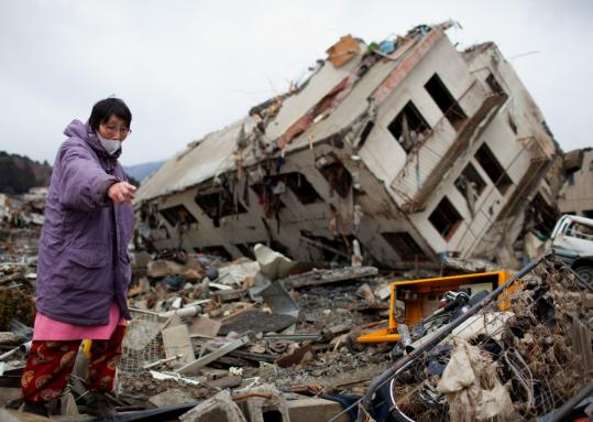 A resident in the city of Onagawa, in Japan's Miyagi Prefecture, yesterday salvaged in rubble next to a building that was destroyed and moved by the tsunami that devastated the country's northeast coast two weeks ago.