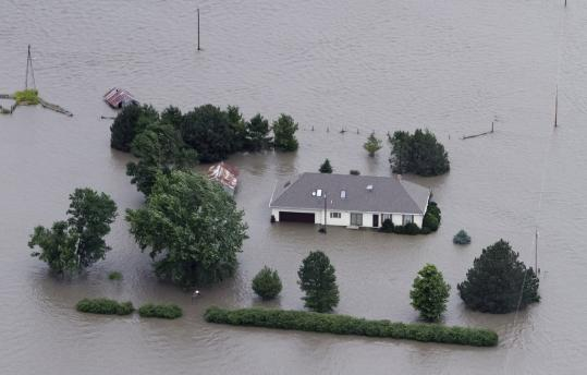 Federal officials have been pushing the sale of flood insurance policies that might not cover damage from flooding along the Missouri River that began last month.
