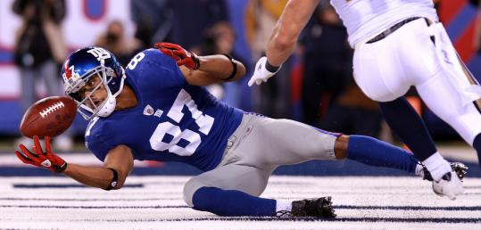 The Giants' Domenik Hixon takes a tumble but holds on to make a spectacular 22-yard TD reception with just 21 seconds left in the first half.