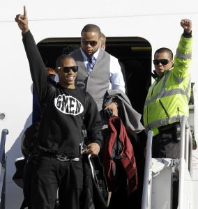 Victor Cruz tells fans at the airport the Giants are No. 1.