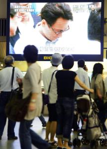 A television screen in Osaka showed an image of a man thought to be Katsuya Takahashi, who was arrested in a 1995 gas attack on Tokyo&#8217;s subway that killed 13 and sickened hundreds.