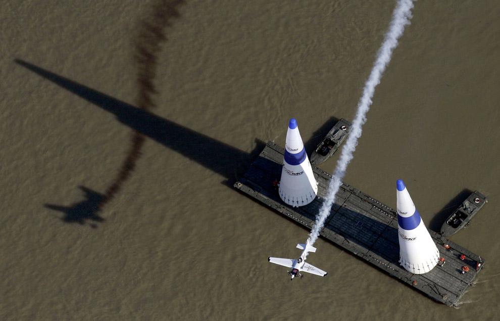 Пилот из США Майк Мангольд во время отборочного тура на 6-м раунде мирового чемпионата Red Bull Air Race в Будапеште, 19 августа 2008. (REUTERS/Dean Treml/Handout)
