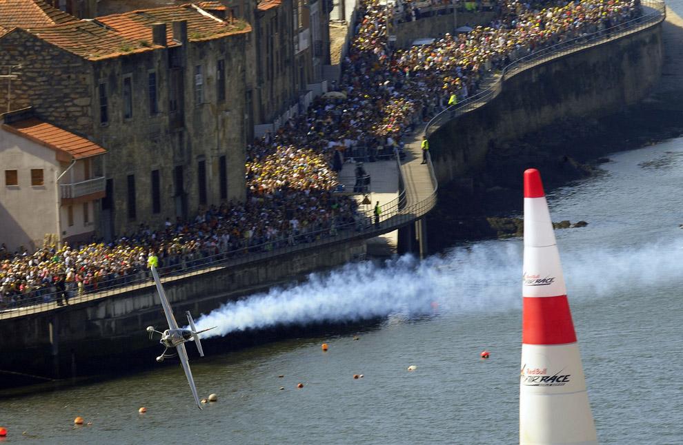 Австрийский пилот Ханнес Арк во время финала седьмого этапа серии гонок Red Bull Air Race в Порто 7 сентября 2008. (REUTERS/Daniel Grund/Euro-Newsroom)