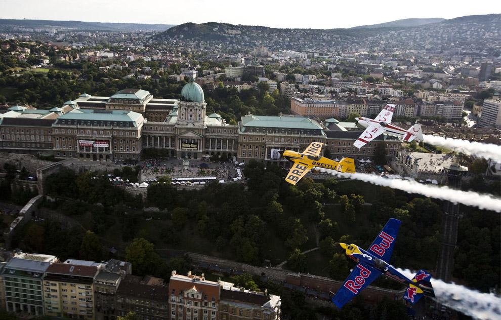 Венгерский пилот Питер Besenyei (внизу), пилоты из Великобритании Найджел Лэмб и Пол Боном (вверху) летят над Будапештом 17 августа 2008 во время «полета рекогносцировки» перед началом седьмого этапа Red Bull Air Race. (REUTERS/Balazs Gardi/Red Bull Air Race)