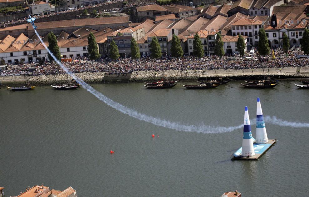 Британский пилот Стив Джонс пролетает между воротами во время финала седьмого этапа Red Bull Air Race в Порто 7 сентября 2008. (REUTERS/Daniel Grund/Euro-Newsroom)