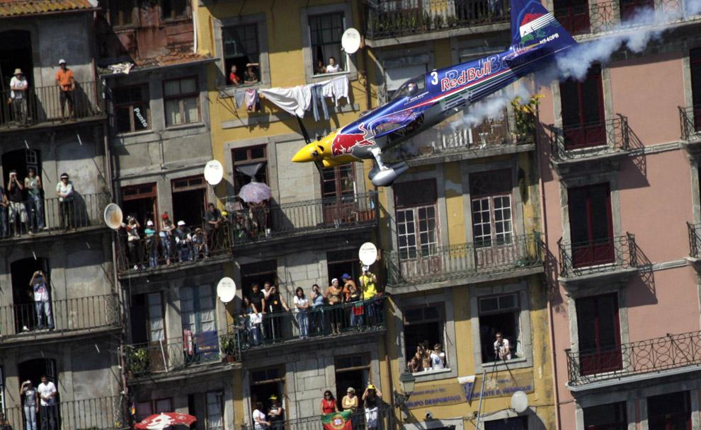 Петер Бешеный из Венгрии во время седьмого этапа Red Bull Air Race в Порто 7 сентября 2008. (REUTERS/Daniel Grund/Red Bull Air Race)