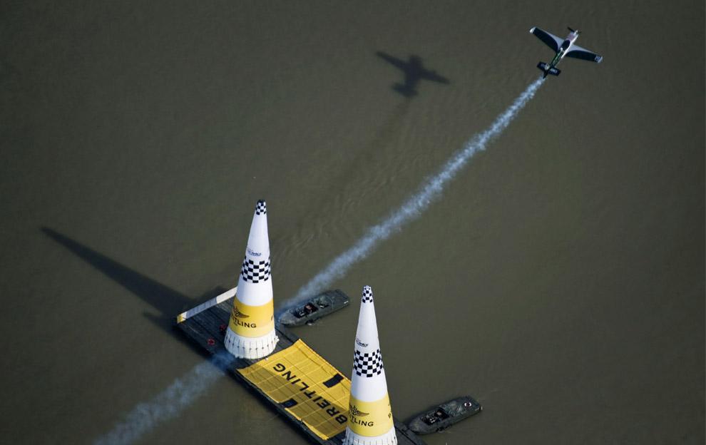 Британский пилот Стив Джонс во время финала воздушных гонок Red Bull Air Race 20 августа 2008 года в Будапеште. Победителем на этот раз впервые стал австриец Ханнес Арк. (Joerg Mitter/Red Bull via Getty Images)
