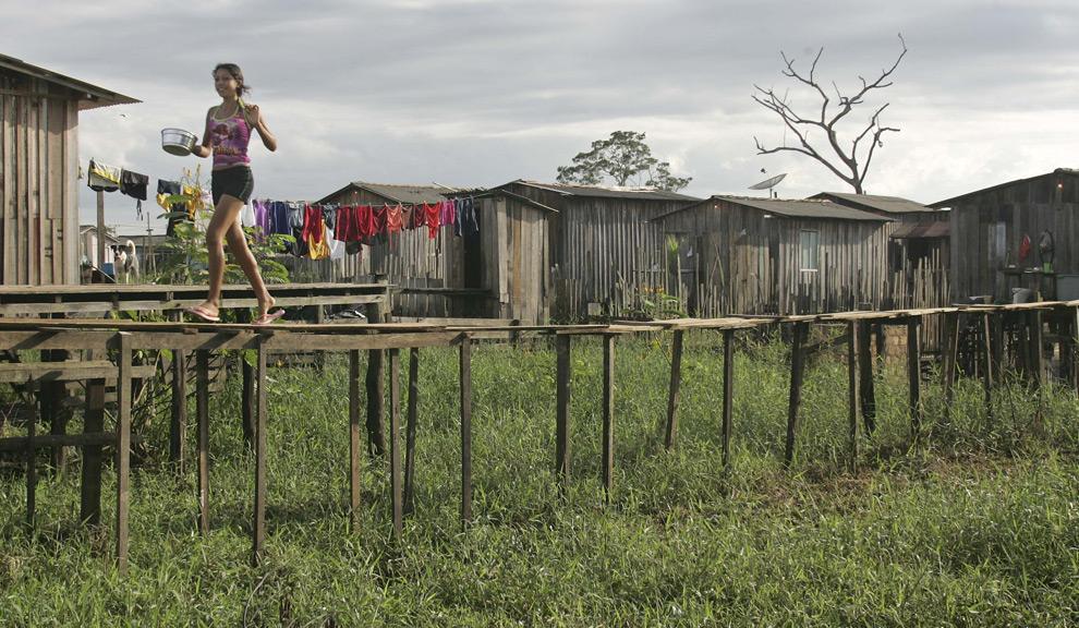 Девочка в районе Альтамиры, который часто затопляется рекой Шингу во время разливов, в среду, 21 мая 2008. (AP Photo/Andre Penner)