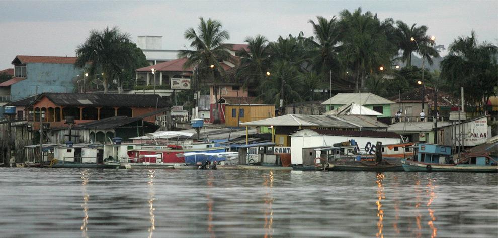 Лодки, пришвартованные к берегу реки Шингу в Альтамире, во вторник, 20 мая 2008. (AP Photo/Andre Penner)
