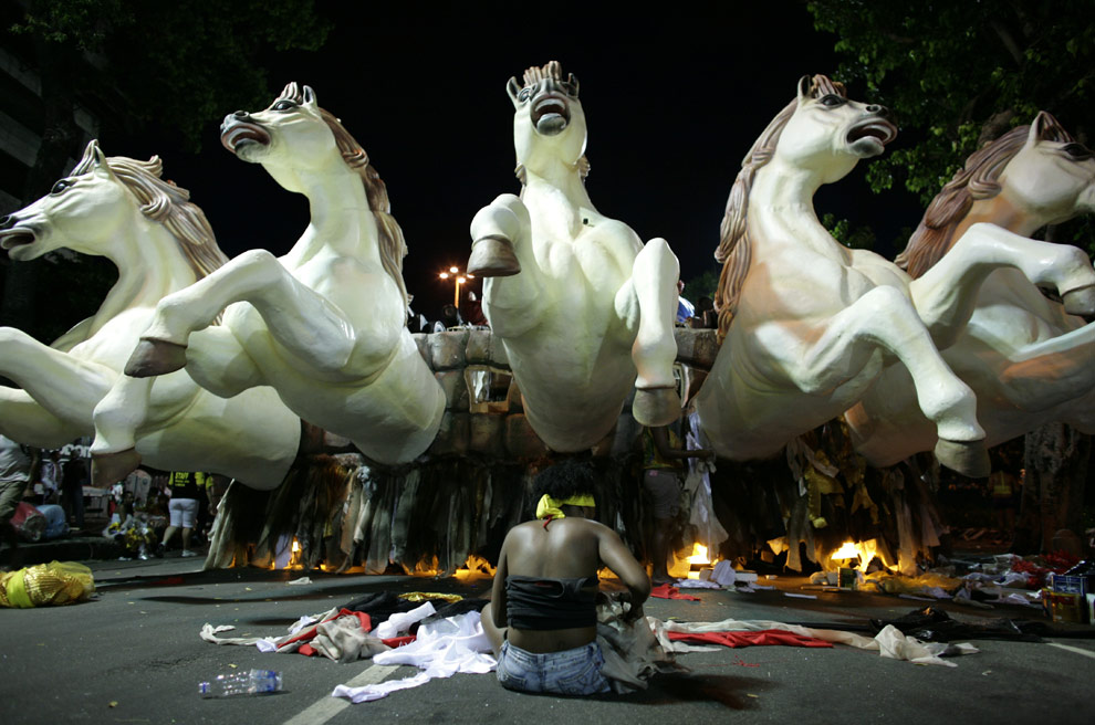 A woman prepares a float of the Grande Rio samba school before performing in Rio de Janeiro, Sunday, Feb. 22, 2009.(AP Photo/Natacha Pisarenko)