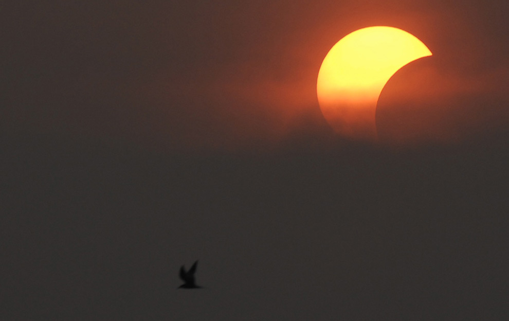 http://cache.boston.com/universal/site_graphics/blogs/bigpicture/eclipse_08_06/eclipse3.jpg