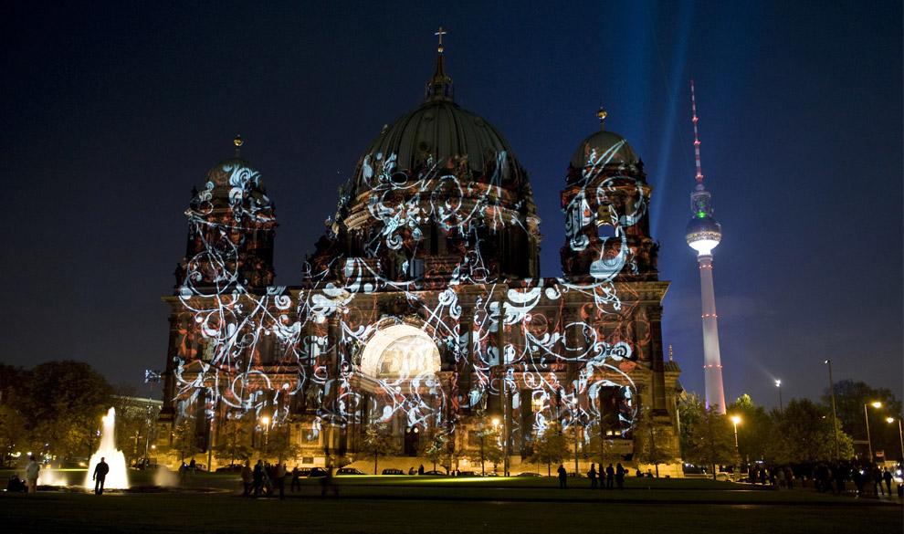 Красочное освещение Берлинского собора во время первого для Фестиваля огней вечером 14 октября 2008. (BARBARA SAX/AFP/Getty Images)
