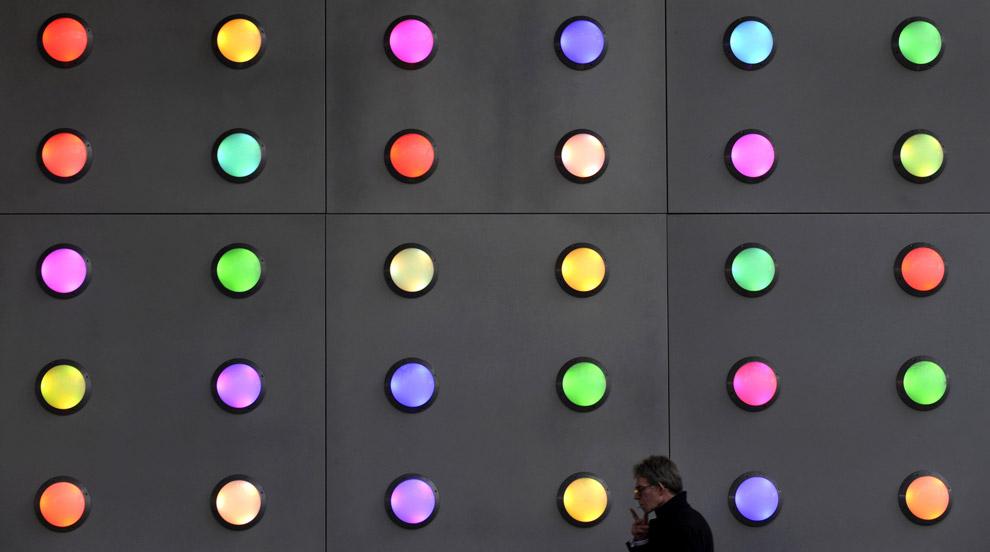 Во время вечернего часа-пик рабочий проходит мимо осветительной инсталляции, которая установлена возле Лондонского моста. Фото сделано 9 октября 2008. (REUTERS/Toby Melville)