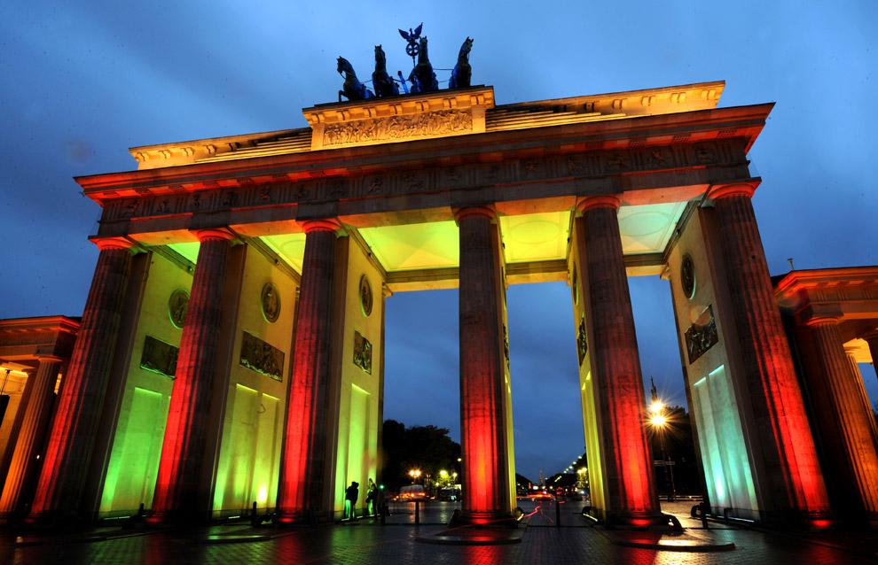 Знаменитые берлинские Бранденбургские ворота, освещенные во время Фестиваля огней, 16 октября 2008. (AP Photo/Sven Kaestner)