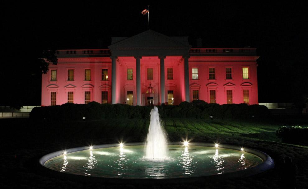 Белый дом освещен в розовых тонах с целью обратить внимание на проблему рака груди. Фото сделано 7 октября 2008 в Вашингтоне, округ Колумбия. Белый дом – один из более чем 200 зданий во всем мире которые были освещены розовым светом в октябре прошлого года, в рамках программы Месяца по борьбе с раком груди. (AP Photo/Pablo Martinez Monsivais)