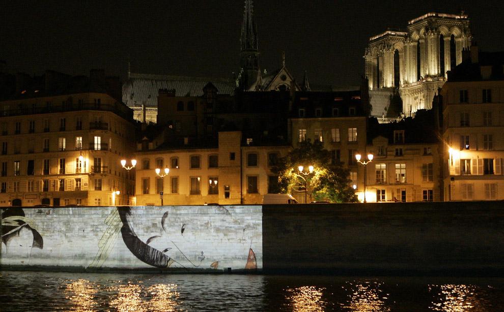 Гигантские световые картины изображающие традиционные японские произведения проецируются на парижские памятники и мосты с катера, плавающего по Сене, 25 сентября 2008. Световые картины демонстрировались в ознаменование 150-летия франко-японских отношений. (AP Photo/Francois Mori)