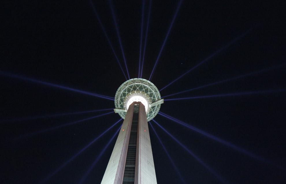 Телекоммуникационная башня Милад, самая высокая башня в Иране, и четвертая по высоте в мире, сфотографированная во время торжественной церемонии открытия в Тегеране, 7 октября 2008. (AP Photo/Vahid Salemi)