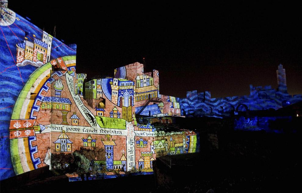 Световые картины проецируются на стены башни Давида в Иерусалиме, в Старом городе. Это – часть шоу под названием Ор Шалем, Иерусалимские огни в постановке группы под названием  Skertzт 7 октября 2008. Башня Давида – огромная цитадель, которая на протяжении веков служила крепостью, военными казармами и артиллерийской позицией. Сегодня Башня является популярным объектом туризма. (AP Photo/Bernat Armangue)