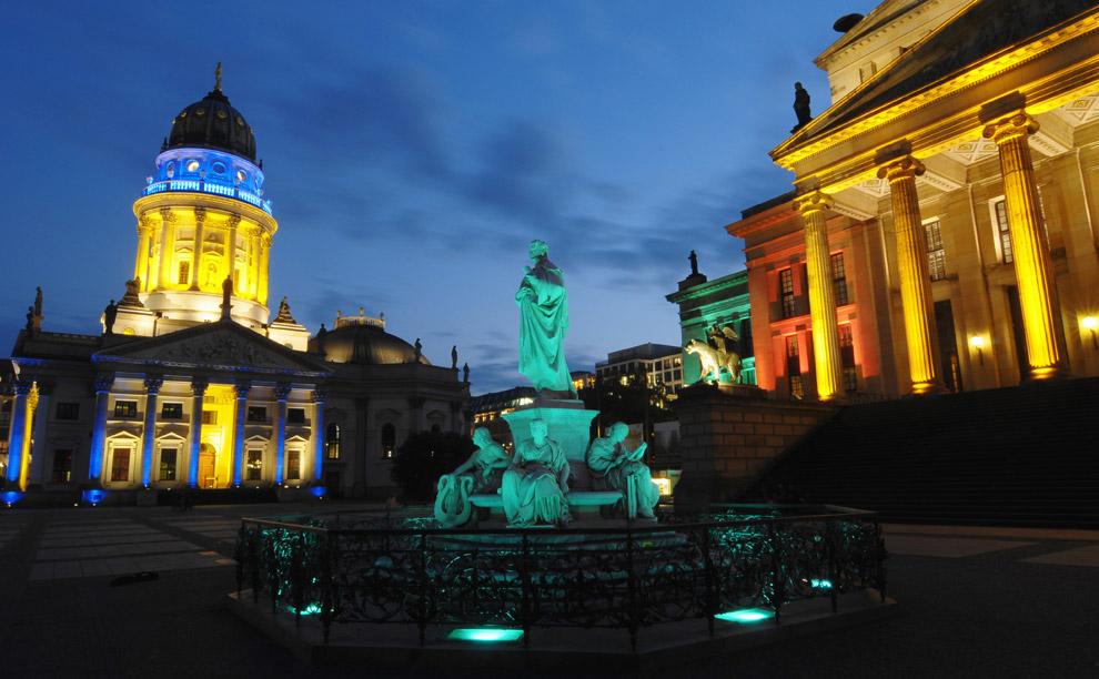 Gendarmenmarkt, площадь в Берлине, к которой справа примыкает концертный зал, а слева Немецкий собор (Deutscher Dom). Площадь красочно освещена в ходе подготовки к ежегодному Фестивалю огней вечером 13 октября 2008. (THEO HEIMANN/AFP/Getty Images)