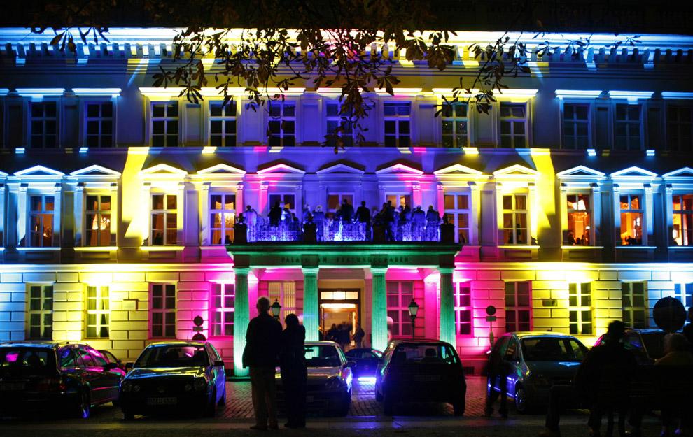 Прохожие смотрят на Palais am Festungsgraben, здание освещенное во время Фестиваля огней 14 октября 2008. (REUTERS/Pawel Kopczynski)