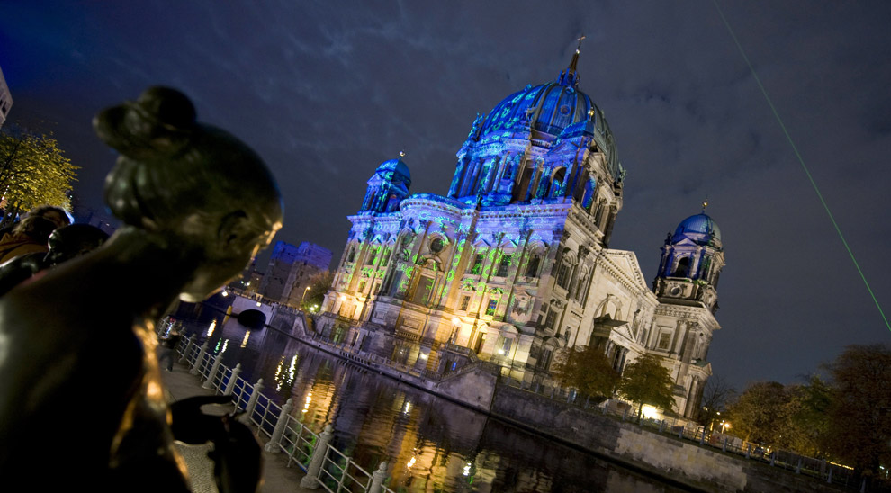Берлинский собор красочно освещен во время первого дня ежегодного Фестиваля огней вечером 14 октября 2008. (BARBARA SAX/AFP/Getty Images)