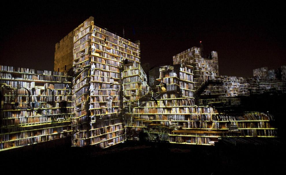 Световые картины проецируются на стены башни Давида в Иерусалиме, в Старом городе. Это – часть шоу под названием Ор Шалем, Иерусалимские огни в постановке группы под названием  Skertzт 7 октября 2008.  (AP Photo/Bernat Armangue)