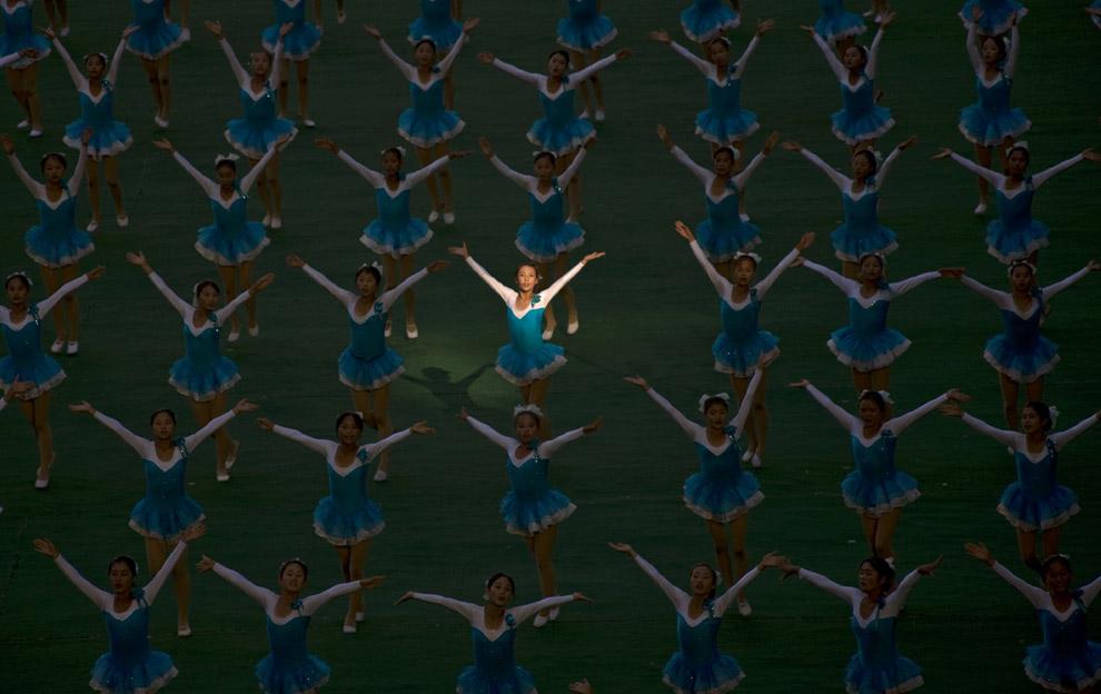 Эрик Лафорг: Луч света во время Массовых игр «Славься и процветай наша страна». Я думаю, что большее количество людей участвовали в представлении, чем наблюдали за ним! Это было удивительное зрелище. (© Eric Lafforgue)