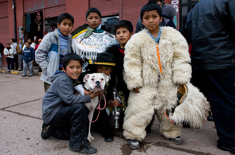 Местные мальчишки, принимающие участие в параде в Куско 8 октября 2008. (© Gary Noel)
