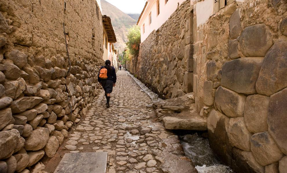 Узкие мощеные улицы в Куско, Перу. 7 октября 2008. (© Gary Noel)