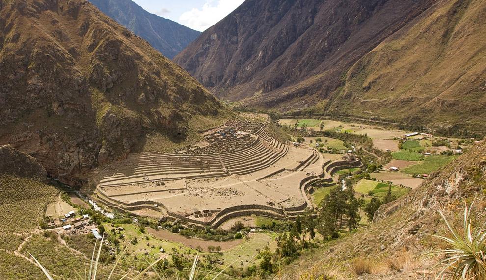Вид на развалины древнего селения Ллактапата с тропы Инков, в четырех километрах к западу от Мачу-Пикчу,  10 октября 2008. (© Gary Noel)