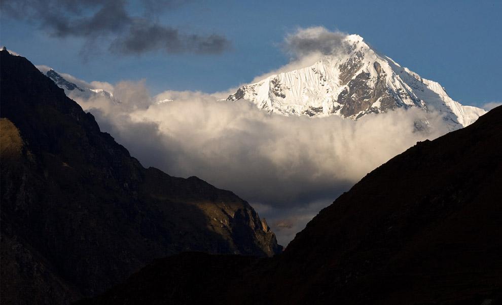 Вид на заснеженные вершины гор с тропы инков, 10 октября 2008. (© Gary Noel)