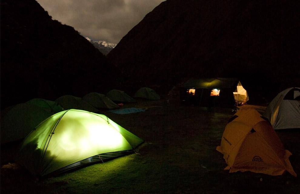 Ночной лагерь во время первой стоянки в деревне Wayllabamba 11 октября 2008. (© Gary Noel)