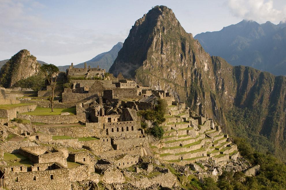 Руины Мачу-Пикчу, 14 октября 2008. Построенный около 1460, и функционировал до 1532 года, когда испанцы вторглись на территорию империи инков. В 1532 году все его жители таинственно исчезли. Мир узнал о городе снова только в 1911 году. Сегодня Мачу-Пикчу, который также называют «потерянням городом инков» посещают более 400,000 туристов каждый год. (© Gary Noel)