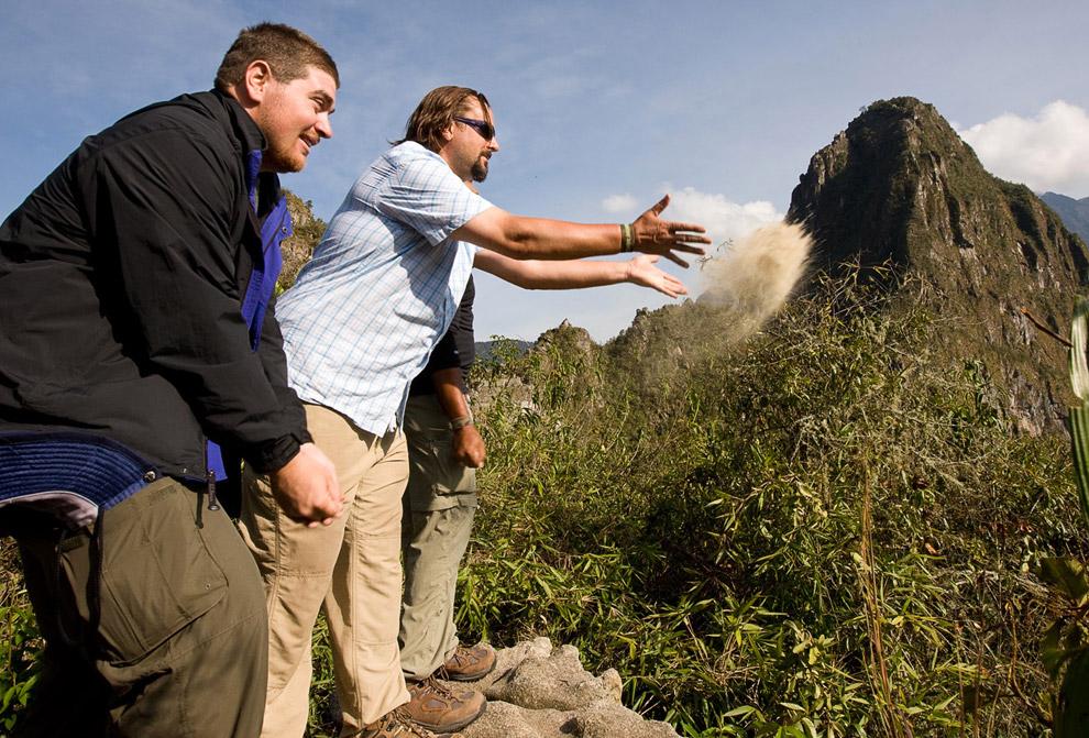 Деррик Табиш, Дэвид Декстер и Ли Уильямс рассыпают прахом Отто Шутта вдоль тропы Инков, 14 октября 2008. Отто и Ли планировали поехать в Перу вместе, но, к сожалению, Отто все-таки умер от рака в мае 2008 года. (© Gary Noel)