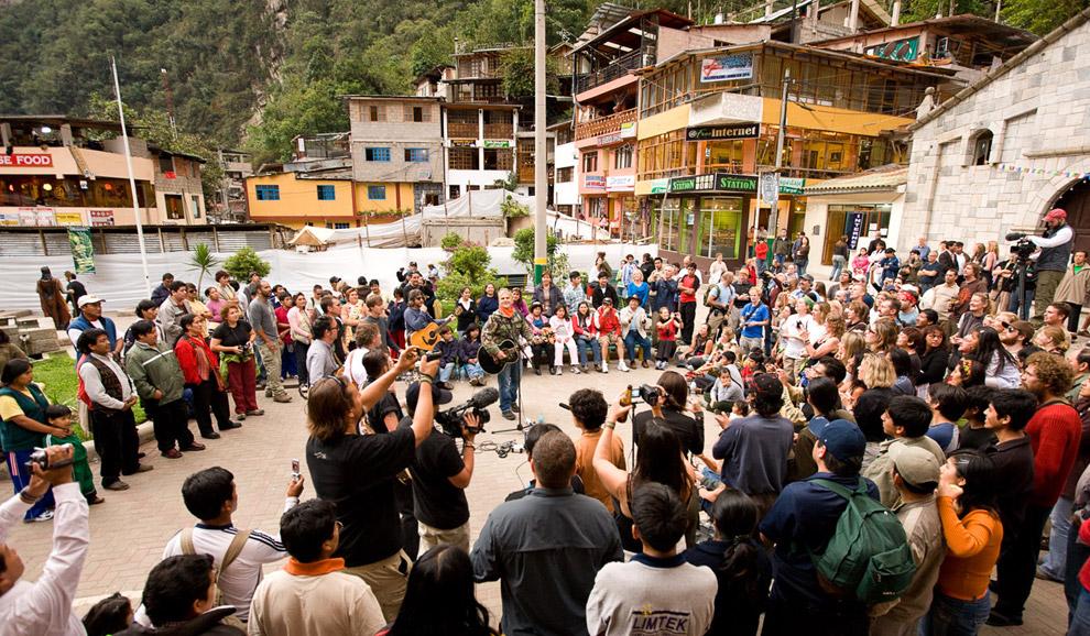 Члены команды Peru Rocks устроили концерт на Пласа де Армас в Агуас Кальентес. 14 октября 2008. (© Gary Noel)