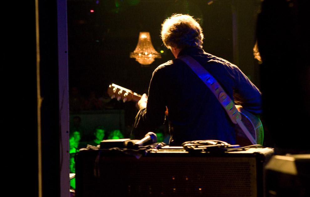 Музыкант Ник Харпер в Лиме, Перу на заключительном концерте, который завершил путешествие всей группы. 15 октября 2008. (© Gary Noel)