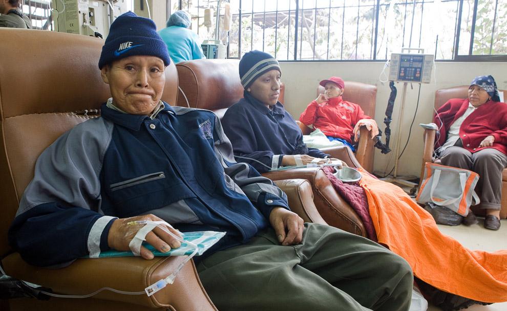 Визит в палату химиотерапии INEN, главного ракового центра в Лиме, Перу. 16 октября 2008. (© Gary Noel)