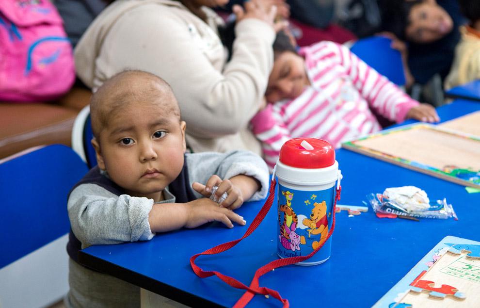 Посещение детской палаты в раковом центре INEN в Перу. Путешественники вручили детям подарки и открытки. 16 октября 2008. (© Gary Noel)