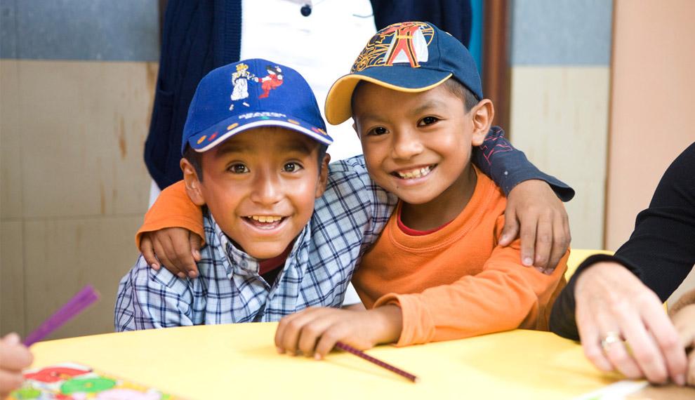 Маленькие пациенты ракового центра улыбаются, довольные оттого, что к ним пришло столько гостей. 16 октября 2008. (© Gary Noel)
