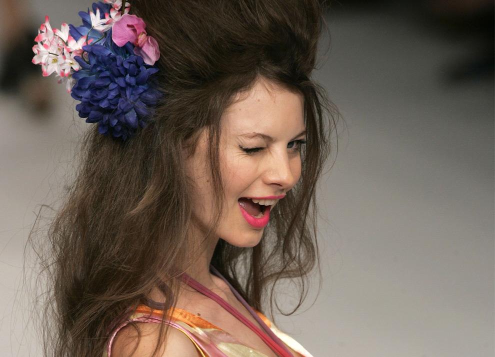 Модель в наряде от Нана Карана бразильской недели моды весна-лето 2008-09. Рио-де-Жанейро, 13 июня 2008. (AP Photo/Silvia Izquierdo)