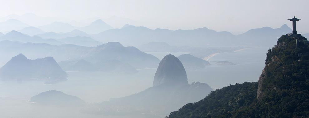 Всемирно известная статуя Христа Спасителя, справа, и гора Сахарная Голова. 29 июля, 2008. (AP Photo/Ricardo Moraes)