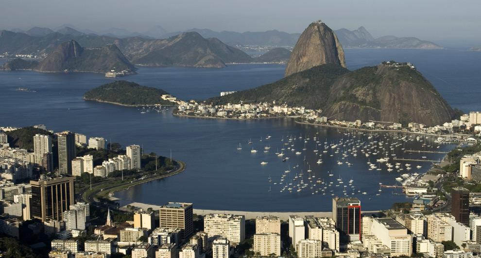 Вид с воздуха на знаменитую гору Сахарная голова в Рио-де-Жанейро, 18 августа 2008. К смотровой площадке на горе, которая является одним из наиболее посещаемых мест в Рио, и которую посещают 800 тысяч туристов в год, ведет канатная дорога. (REUTERS/Bruno Domingos)