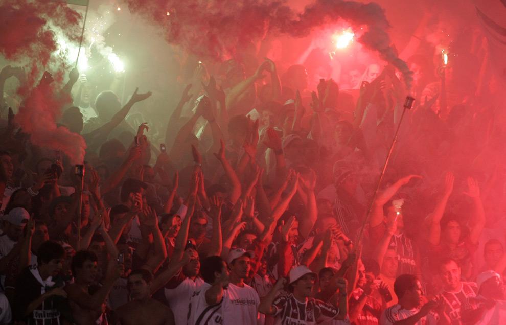 Фанаты бразильского клуба Флуминенсе во время матча второго полуфинала в Кубке Либертадорес против Бока Хуниорс, 4 июня 2008. (AP Photo/Silvia Izquierdo)