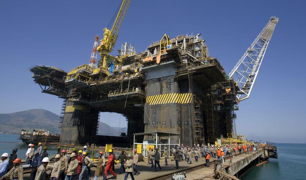 Нефтяная вышка P-51 бразильского нефтяного гиганта Petrobras в Angra dos reis. Рио-де-Жанейро, 21 августа 2008. Эта платформа, первая полупогружная (плавучая промышленная установка), которая строится в Бразилии с общим объемом инвестиций в 850 млн. долл. США, и сможет перерабатывать 180 тысяч баррелей нефти и 6 миллионов кубических метров газа. (REUTERS/Bruno Domingos)